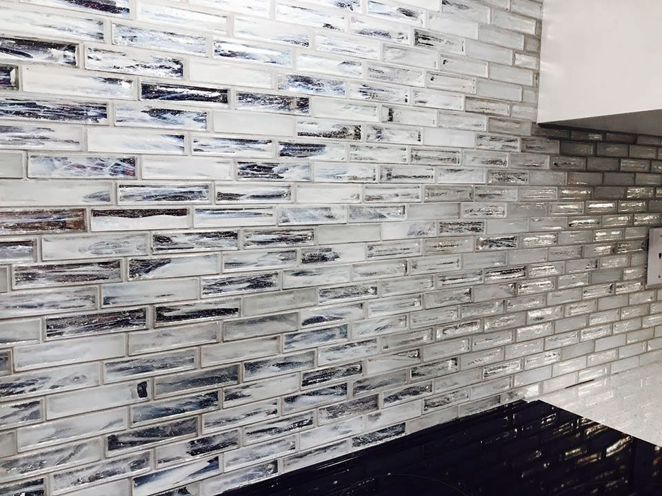 Jeffrey Court Chapter 12 Hour Glass Dawn mosaic installed as a backsplash
